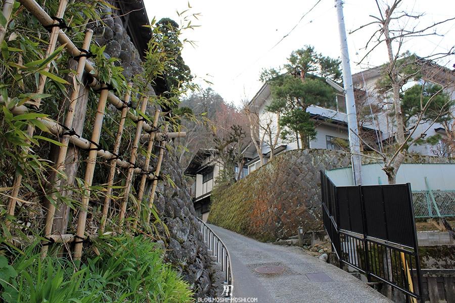 takayama-vieux-quartier-tot-le-matin-bambou-vers-hauteurs