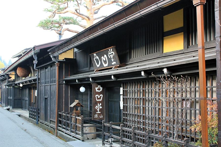 takayama-vieux-quartier-tot-le-matin-cave-sake-kanji-peint-main