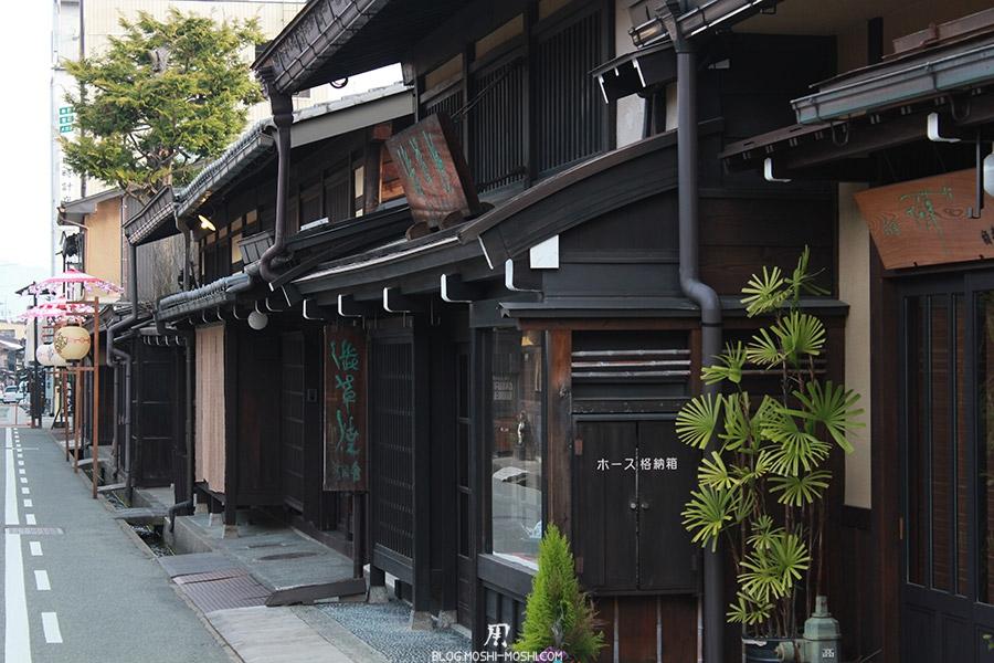takayama-vieux-quartier-tot-le-matin-facade-plante