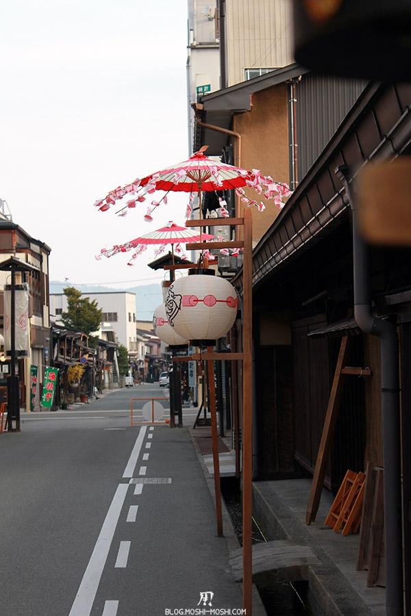 takayama-vieux-quartier-tot-le-matin-lanterne-decoration-rue