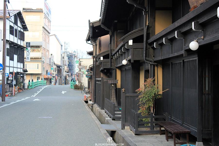 takayama-vieux-quartier-tot-le-matin-pont-vert