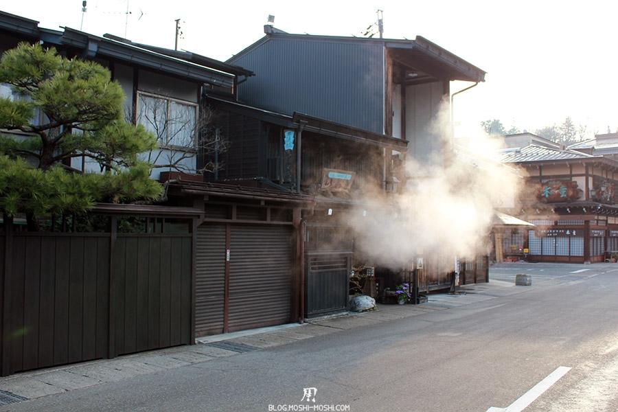 takayama-vieux-quartier-tot-le-matin-preparation-fumee