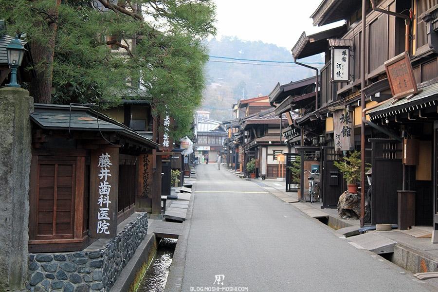 takayama-vieux-quartier-tot-le-matin-preparation-matsuri-brouillard-matin