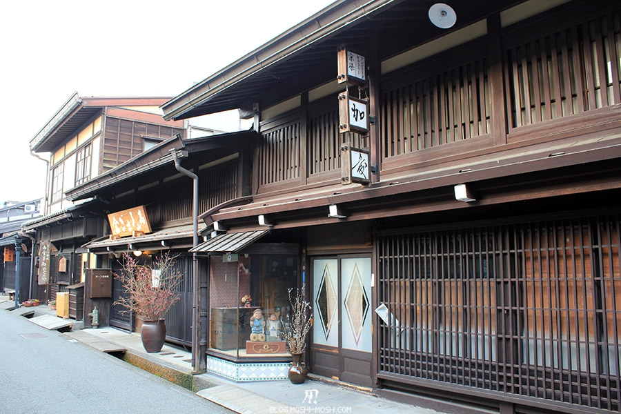 takayama-vieux-quartier-tot-le-matin-preparation-matsuri-vieux-magasin