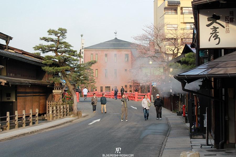 takayama-vieux-quartier-tot-le-matin-quelques-visiteurs-matinaux