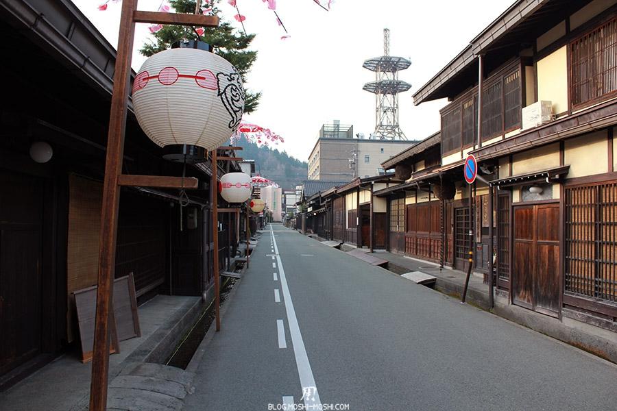 takayama-vieux-quartier-tot-le-matin-ruelle-lanternes
