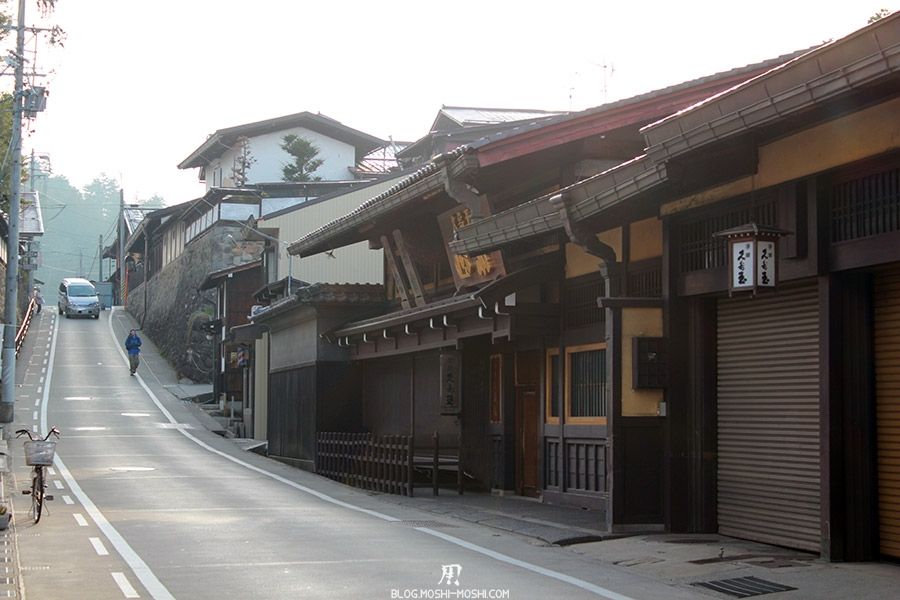 takayama-vieux-quartier-tot-le-matin-ruelle-montee-brouillard