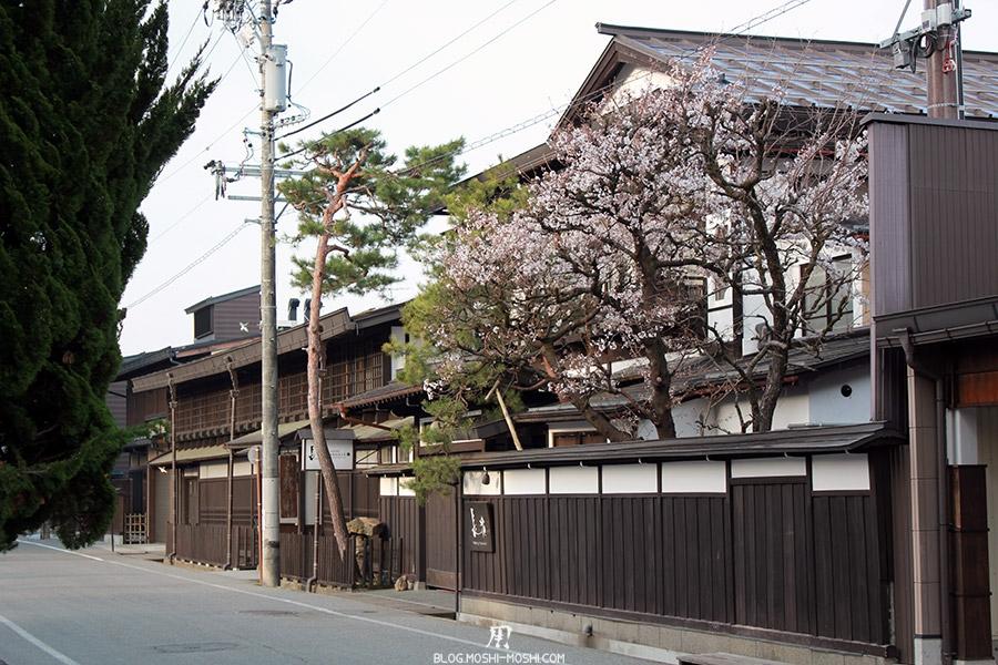 takayama-vieux-quartier-tot-le-matin-sakura-privatif
