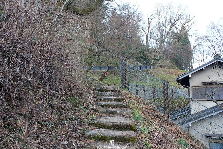 takayama-vieux-quartier-tot-le-matin-temple-hauteur-nouvelle-montee-escalier-cache