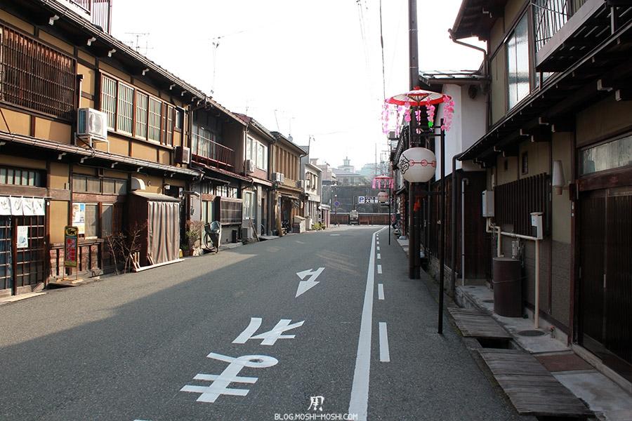 takayama-vieux-quartier-tot-le-matin-temple-hauteur-ruelle-deserte-decoree
