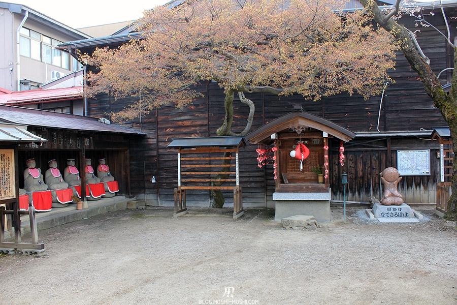 takayama-vieux-quartier-tot-le-matin-temple-hida-kokubunji-amulette-sarubobo