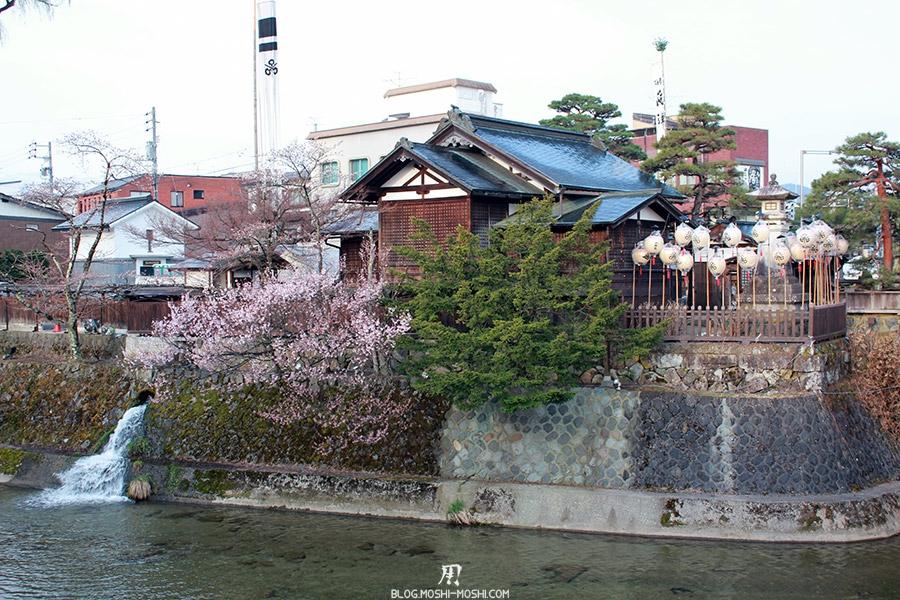 takayama-vieux-quartier-tot-le-matin-temple-riviere-sakura