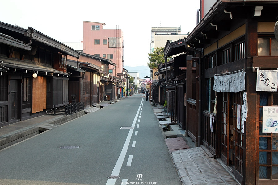 takayama-vieux-quartier-tot-le-matin-tradition-modernite