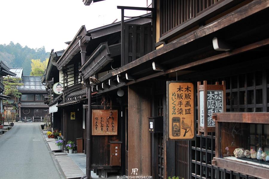 takayama-vieux-quartier-tot-le-matin-vieilles-enseignes