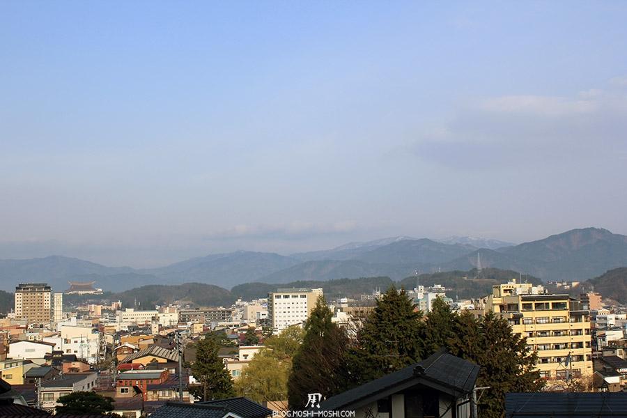takayama-vieux-quartier-tot-le-matin-vue-montagnes