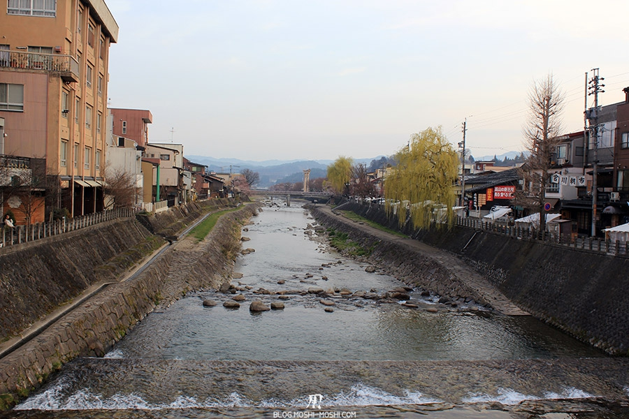 takayama-vieux-quartier-tot-le-matin-vue-riviere-Miyagawa