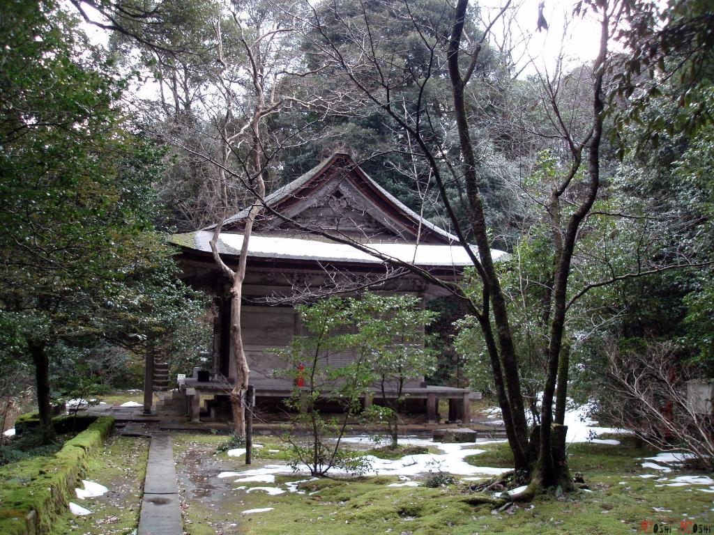 temple-natadera-Komatsu-autel-dans-foret