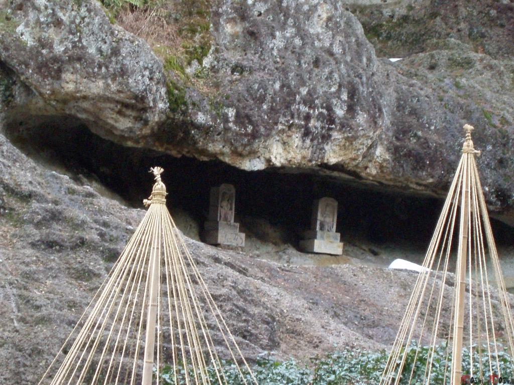 temple-natadera-Komatsu-jizo-dans-rochers