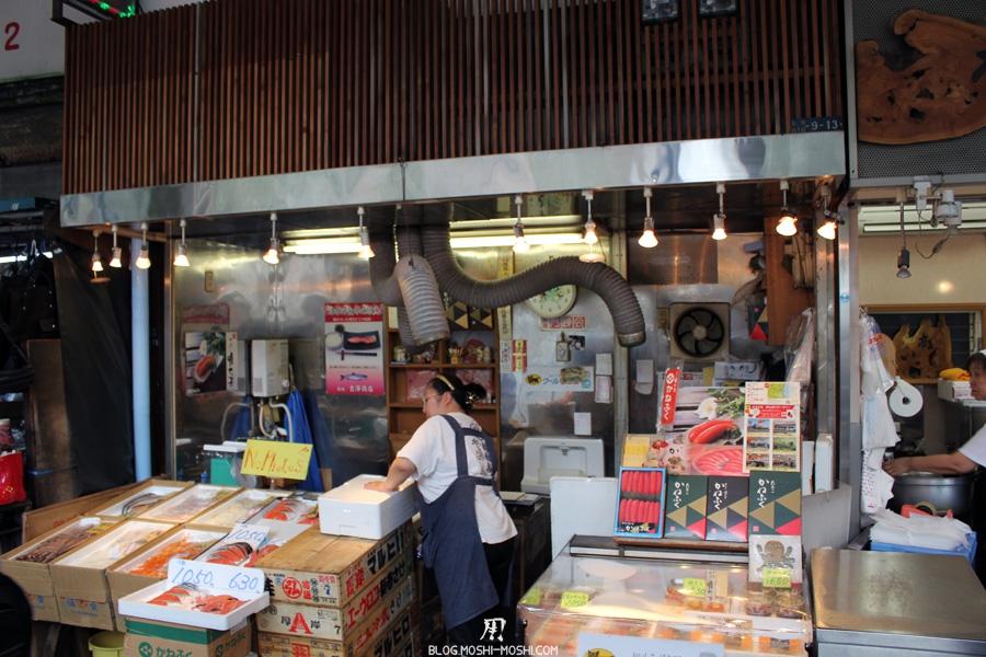 marche-tsukiji-Tokyo-petit-poissonnier-dans-la-rue