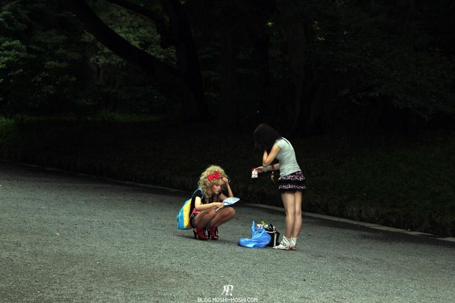 parc-Meiji-Jingu-Tokyo-otaku-japon-accroupie