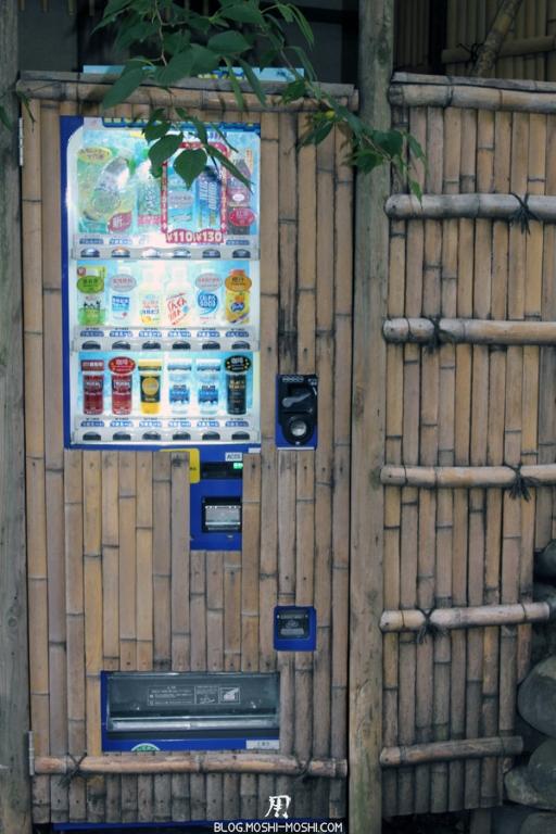 parc-ueno-Tokyo-distributeur-cannette-bambou-camoufle