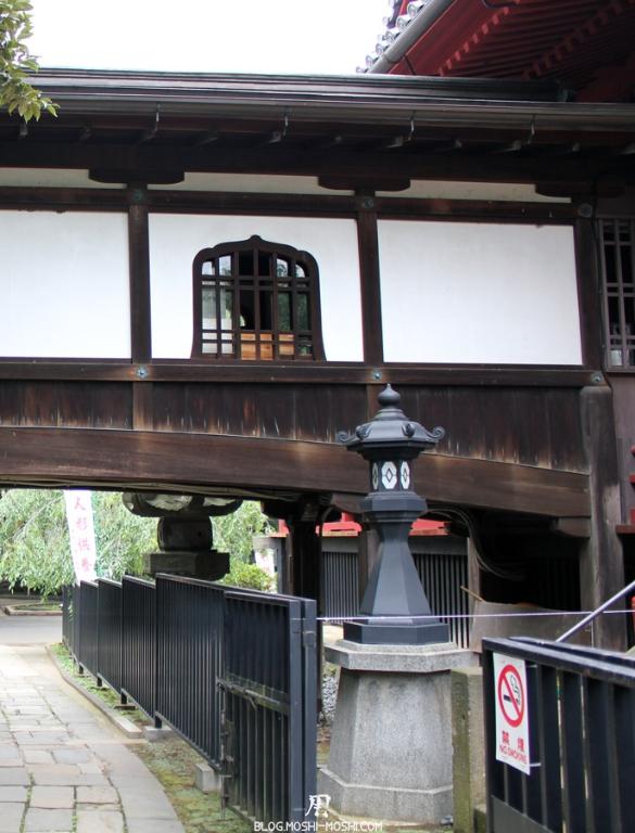 parc-ueno-Tokyo-temple-kiyomizu-kannondo-tunnel-bois-lanterne
