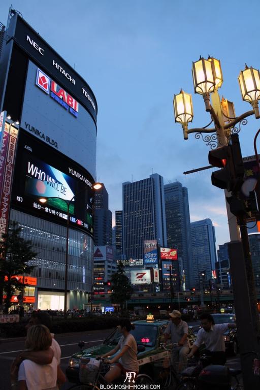 quartier-shinjuku-Tokyo-nuit-ancien-lampadaire