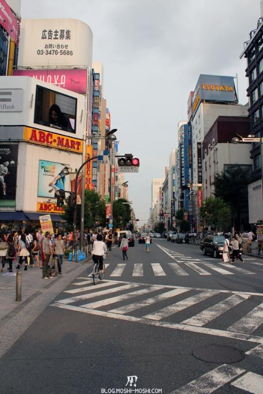 quartier-shinjuku-Tokyo-rue-crossroad