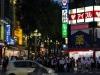 quartier-shinjuku-Tokyo-nuit-pieton-feu