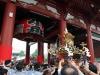 tokyo-sanja-matsuri-asakusa-senso-ji-approche-porte-kaminarimon-baisser-mikoshi