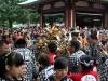 tokyo-sanja-matsuri-asakusa-senso-ji-hondo-mikoshi-enfants-kimono-partout