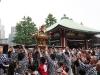 tokyo-sanja-matsuri-asakusa-senso-ji-hondo-mikoshi-enfants-on-souleve-aide-adultes