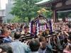tokyo-sanja-matsuri-asakusa-senso-ji-hondo-mikoshi-enfants-on-souleve