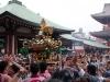 tokyo-sanja-matsuri-asakusa-senso-ji-hondo-mikoshi-joie-arrivee