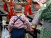 tokyo-sanja-matsuri-asakusa-senso-ji-hondo-mikoshi-pause-taille-enfant-vs-reel