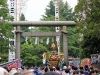 tokyo-sanja-matsuri-asakusa-senso-ji-mikoshi-foule-passage-sous-torii-pierre
