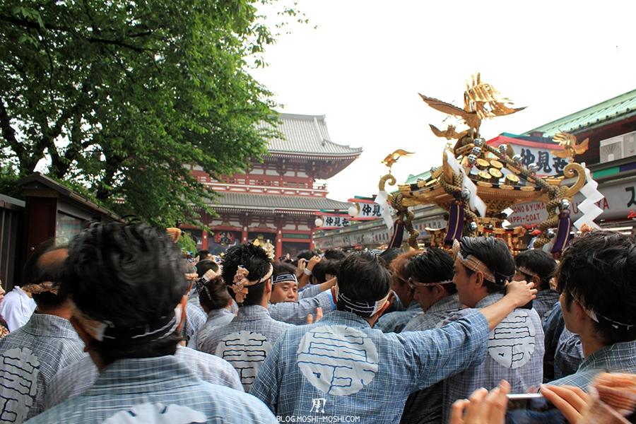 tokyo-sanja-matsuri-asakusa-senso-ji-approche-porte-kaminarimon-fraternite