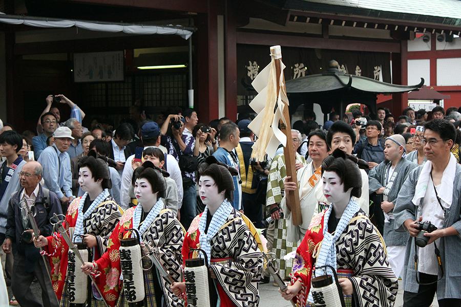 Sanja Matsuri tokyo-asakusa-senso-ji-hondo-arrivee-geisha-pretre
