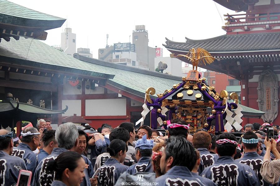 tokyo-sanja-matsuri-asakusa-senso-ji-hondo-fumee-encens-mikoshi
