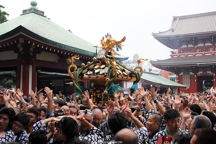 tokyo-sanja-matsuri-asakusa-senso-ji-hondo-mikoshi-celebration-arrivee