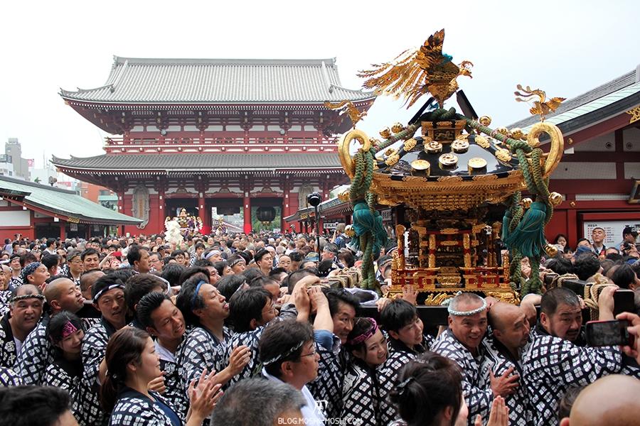 tokyo-sanja-matsuri-asakusa-senso-ji-hondo-mikoshi-depart-bonne-humeur