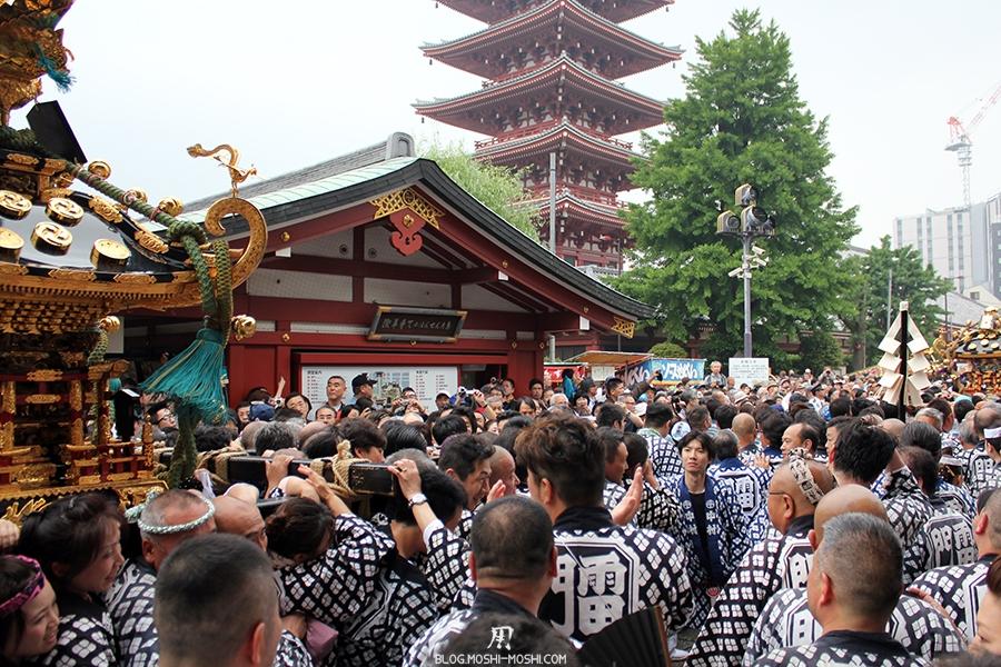 tokyo-sanja-matsuri-asakusa-senso-ji-hondo-mikoshi-depart-pleine-foule