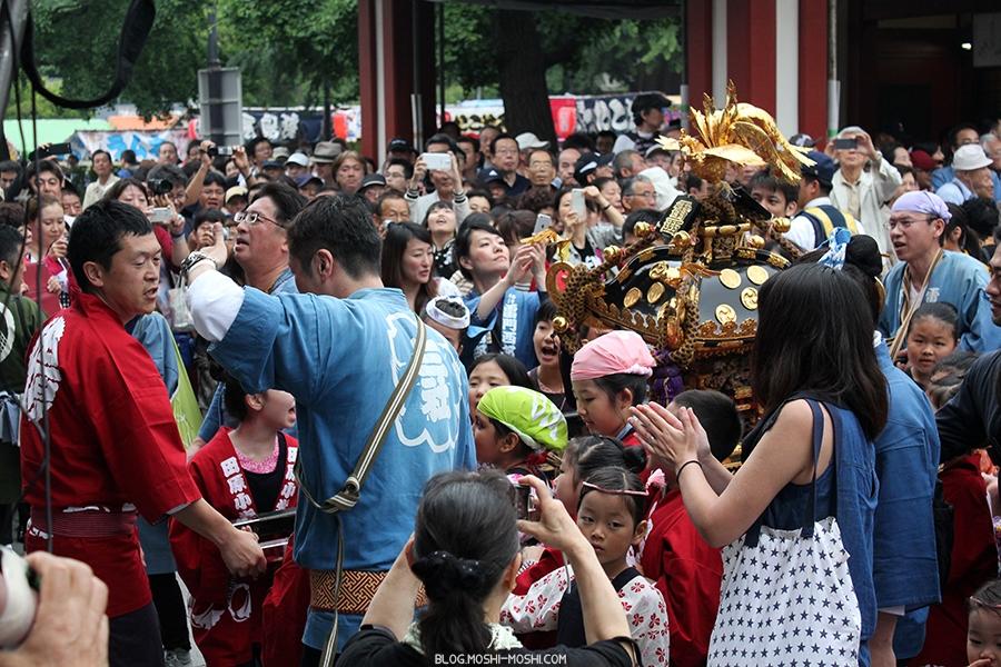 tokyo-sanja-matsuri-asakusa-senso-ji-hondo-mikoshi-enfants-arrivee
