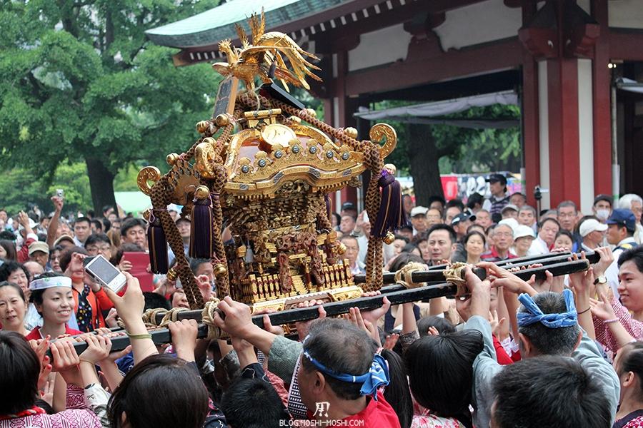 tokyo-sanja-matsuri-asakusa-senso-ji-hondo-mikoshi-enfants-benediction-remue