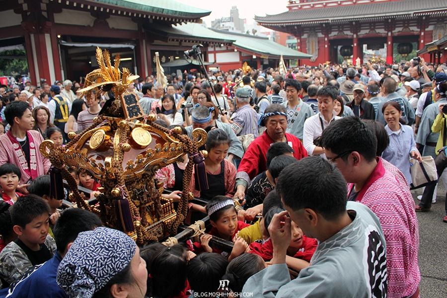 tokyo-sanja-matsuri-asakusa-senso-ji-hondo-mikoshi-enfants-souffrance