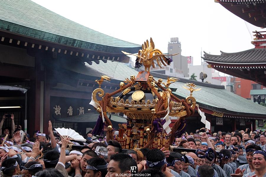tokyo-sanja-matsuri-asakusa-senso-ji-hondo-mikoshi-gros-plan-fumees-encens