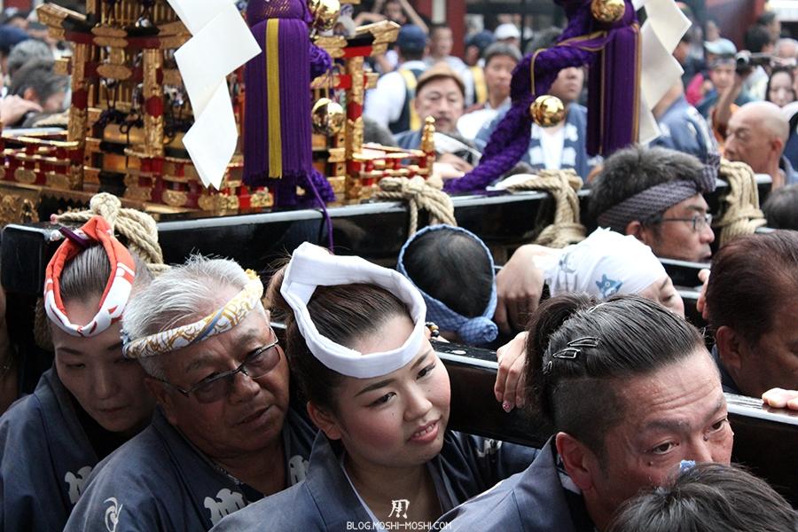 tokyo-sanja-matsuri-asakusa-senso-ji-hondo-mikoshi-gros-plan-jolie-fille