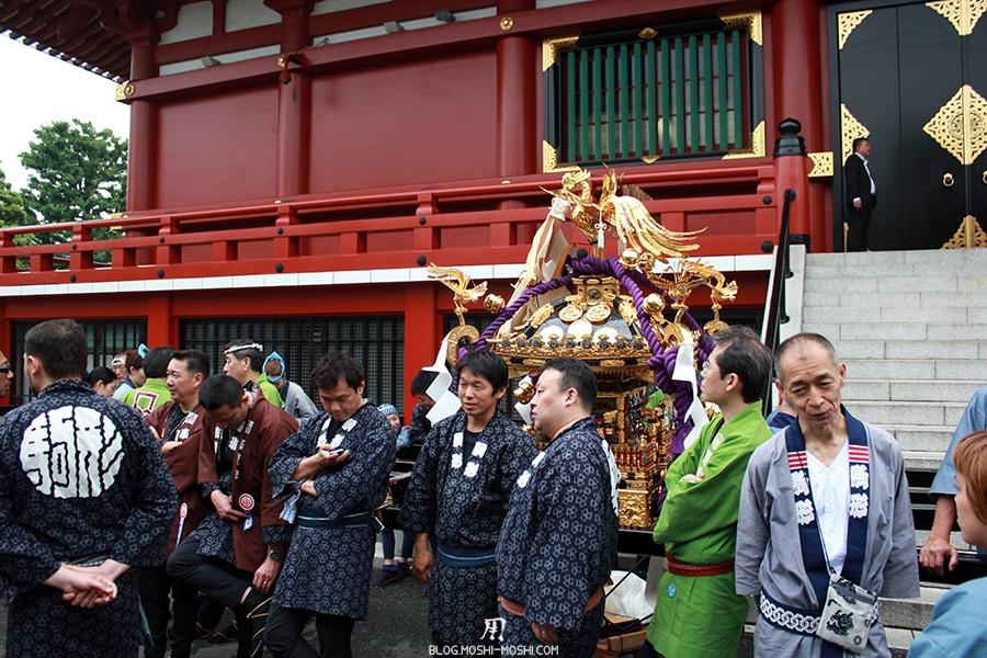 tokyo-sanja-matsuri-asakusa-senso-ji-hondo-mikoshi-pause-discussion
