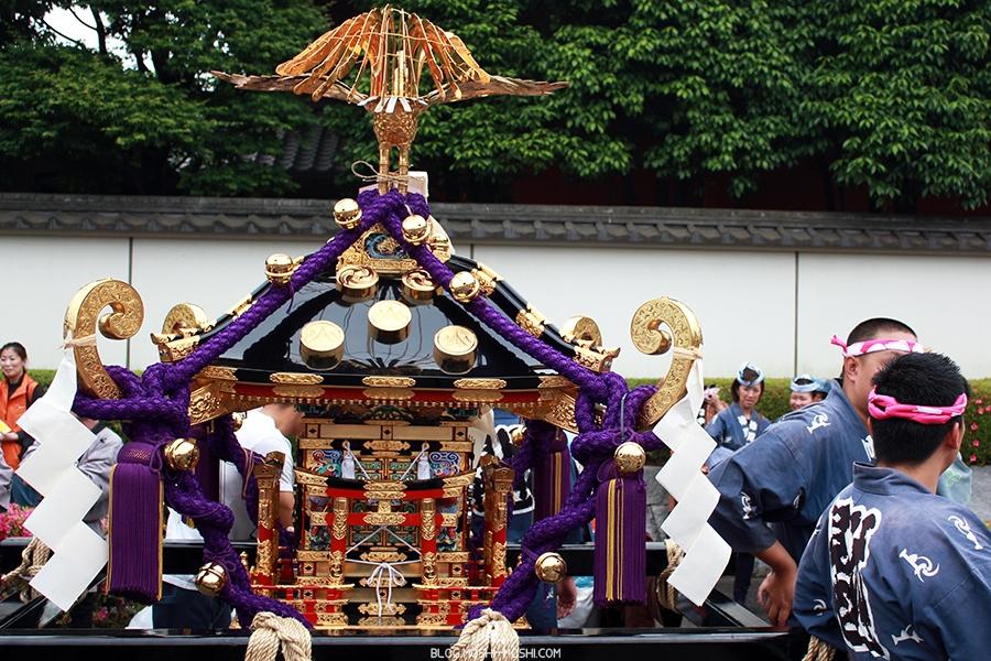 tokyo-sanja-matsuri-asakusa-senso-ji-hondo-mikoshi-pause-face-gros-plan