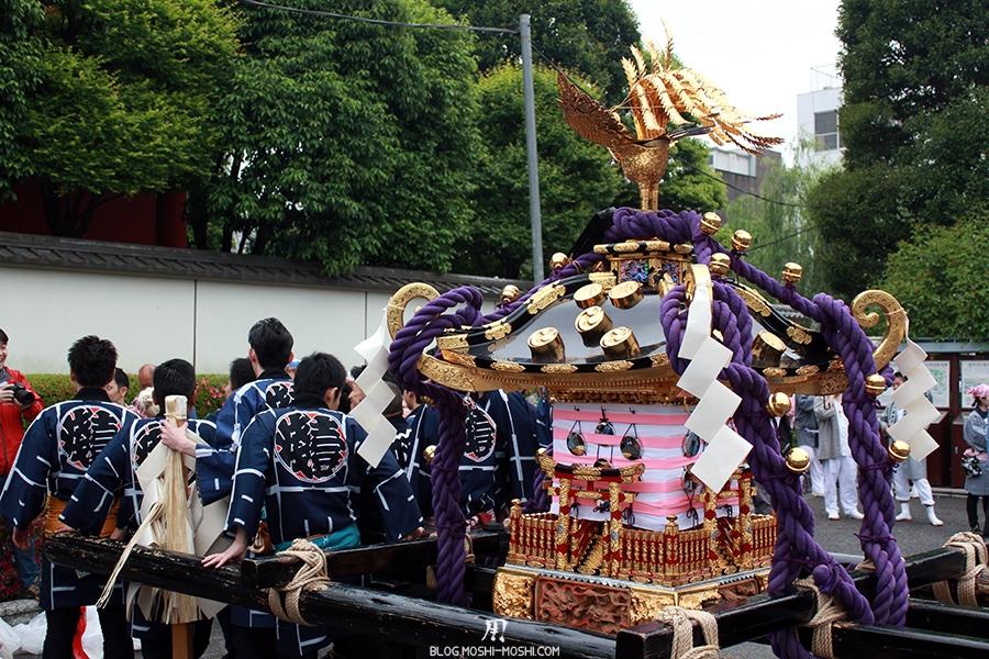 tokyo-sanja-matsuri-asakusa-senso-ji-hondo-mikoshi-pause-gros-plan-team-kimono-dos